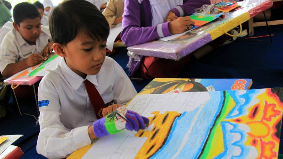 Boy ketika mengikuti kegiatan lomba menggambar di sekolahnya